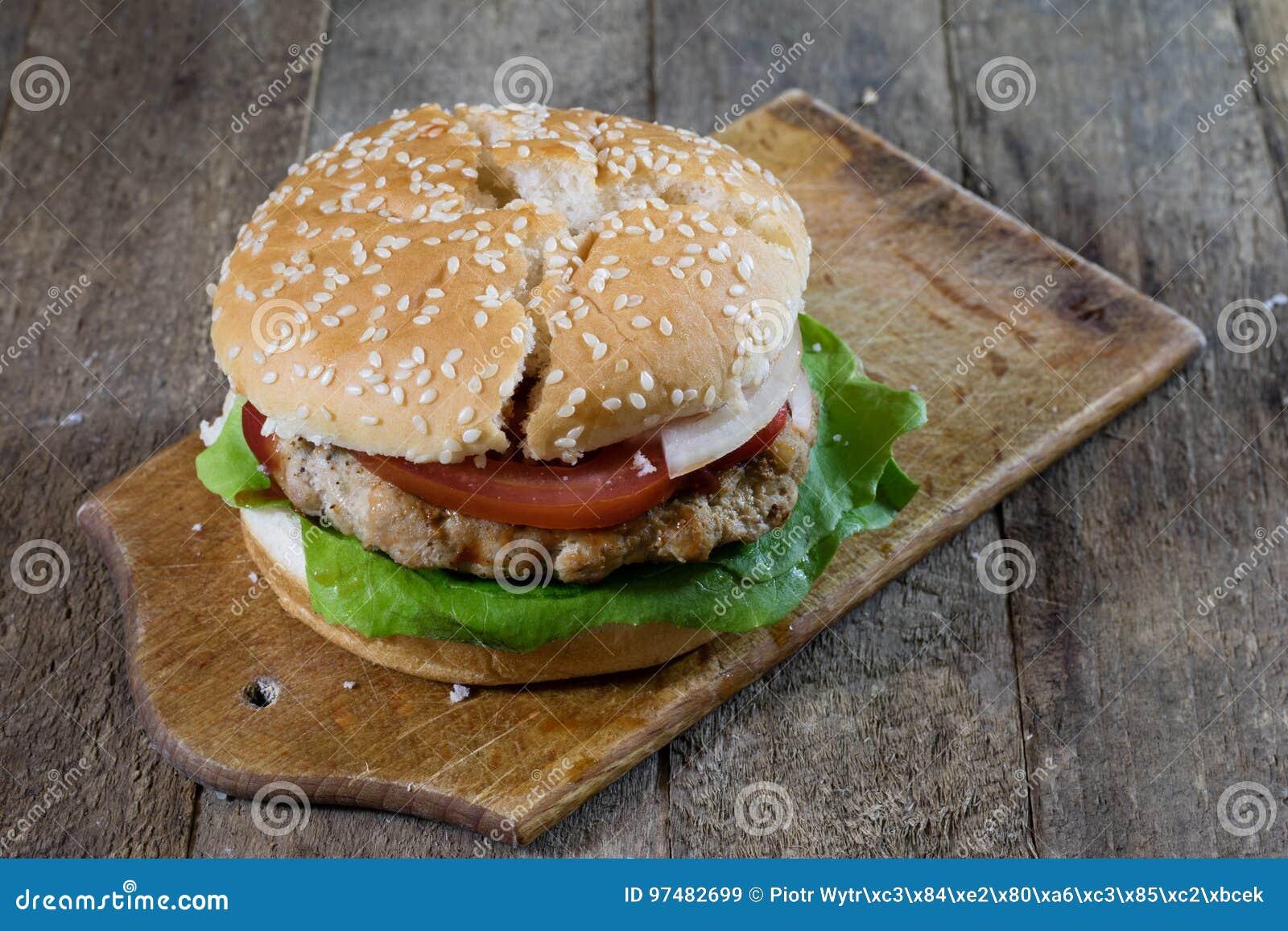 Rotolo con la cotoletta dell arrosto Hamburger su un bordo di legno Linguetta della cucina