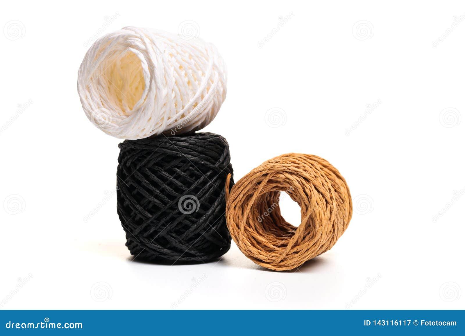 Rotolo della corda della canapa su fondo bianco