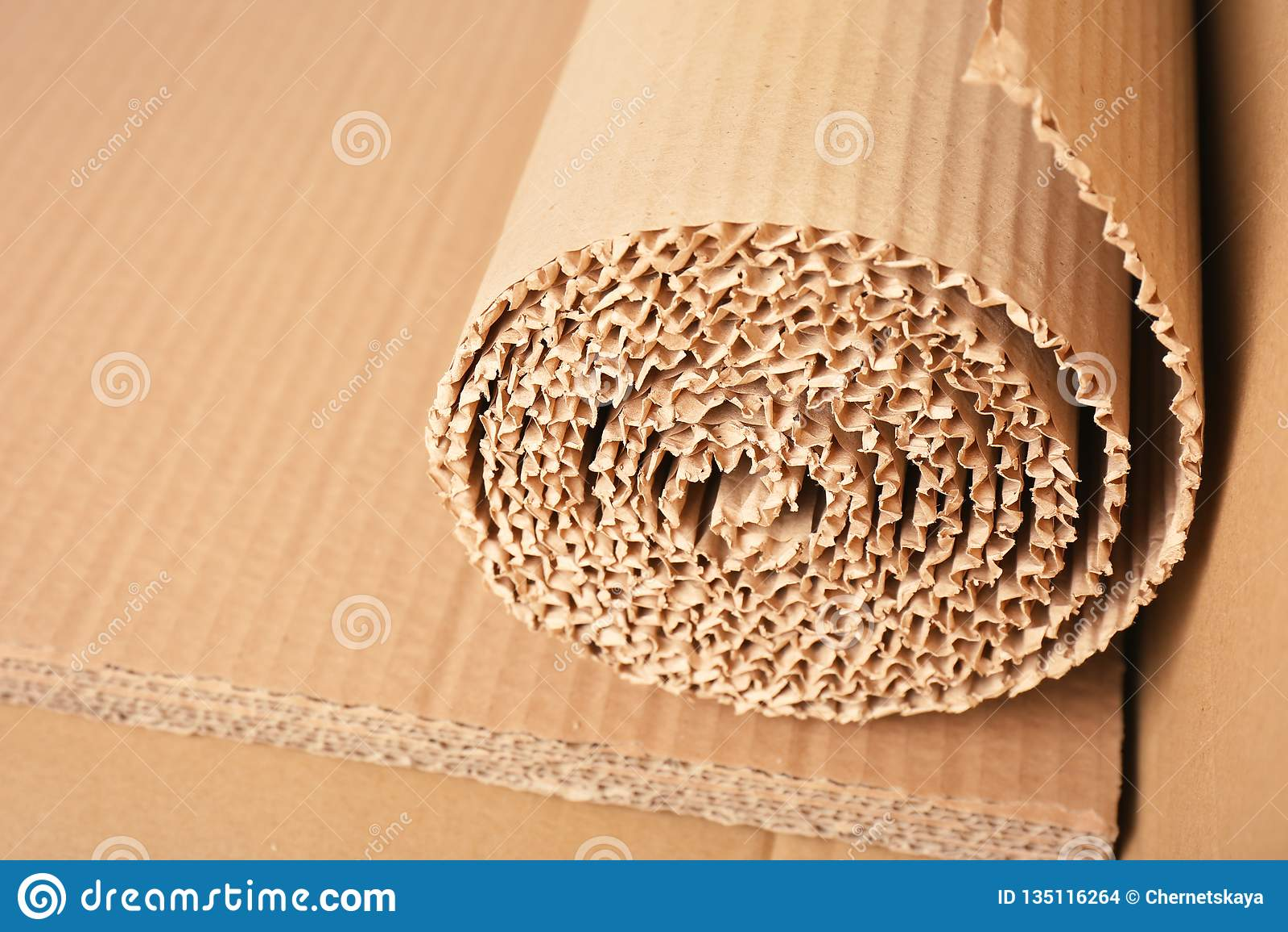 Rotolo di cartone ondulato marrone, primo piano
