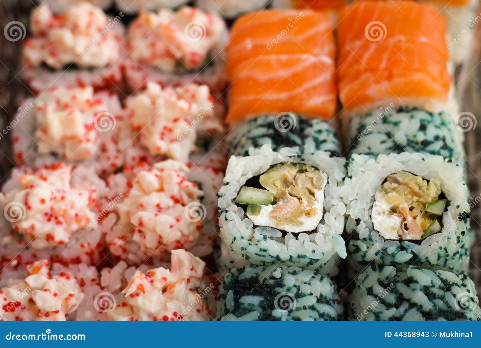 Rotolo di sushi con il pesce del caviale e del salmone