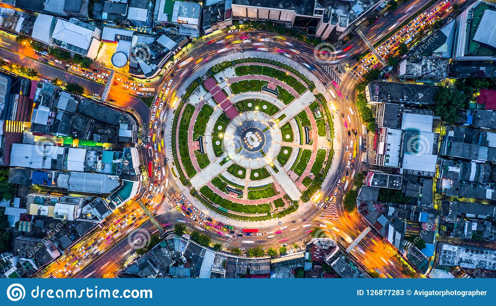 Rotonda aerea con i lotti dell automobile, vista aerea roa della strada di vista superiore