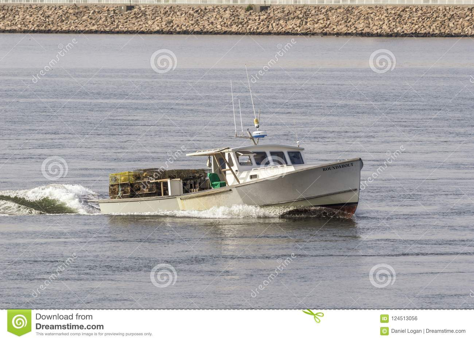 Rotonda della barca di pesca professionale sul fiume di Acushnet