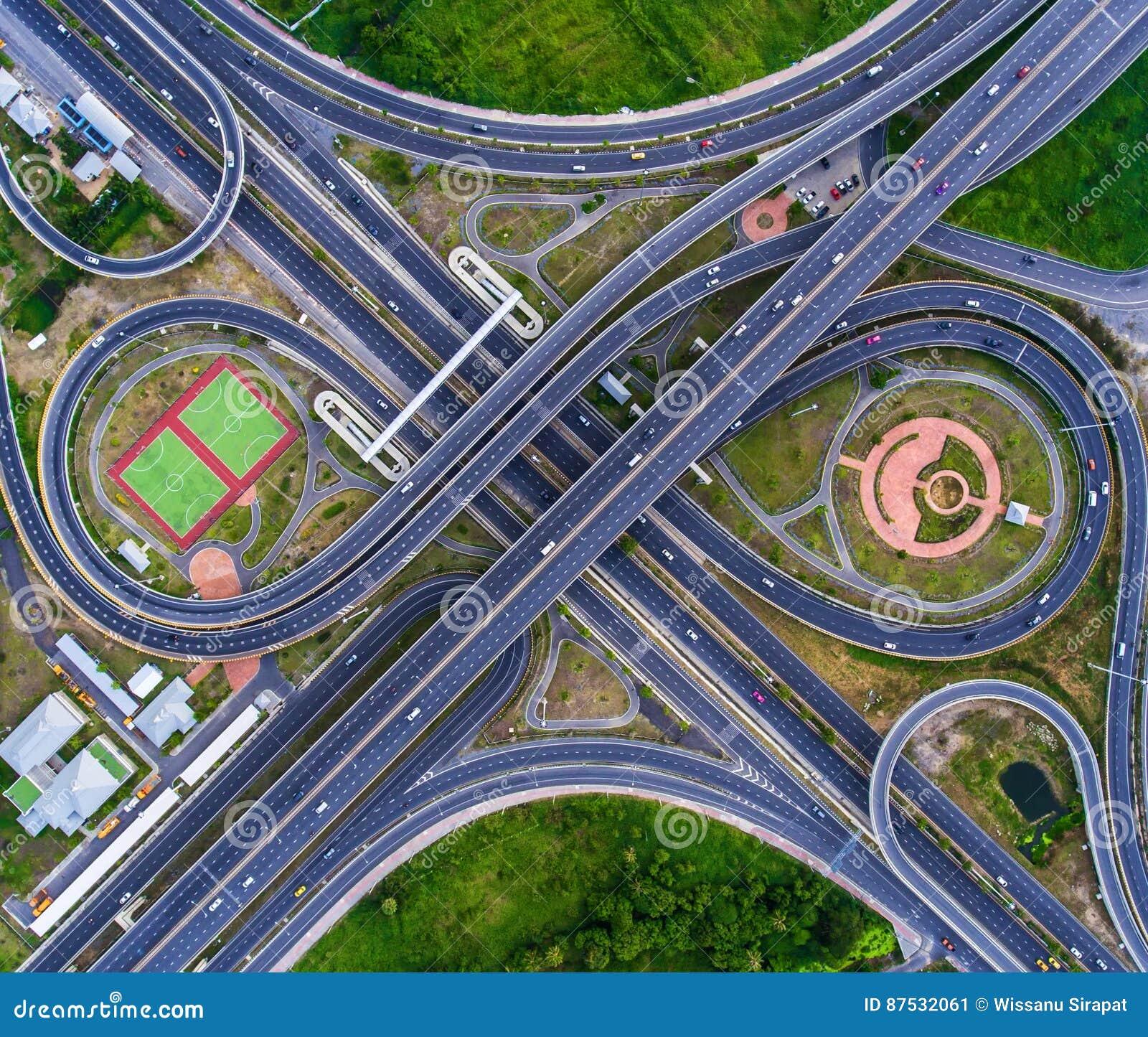 Rotonda della strada di vista aerea con i lotti dell automobile in Tailandia lar della via