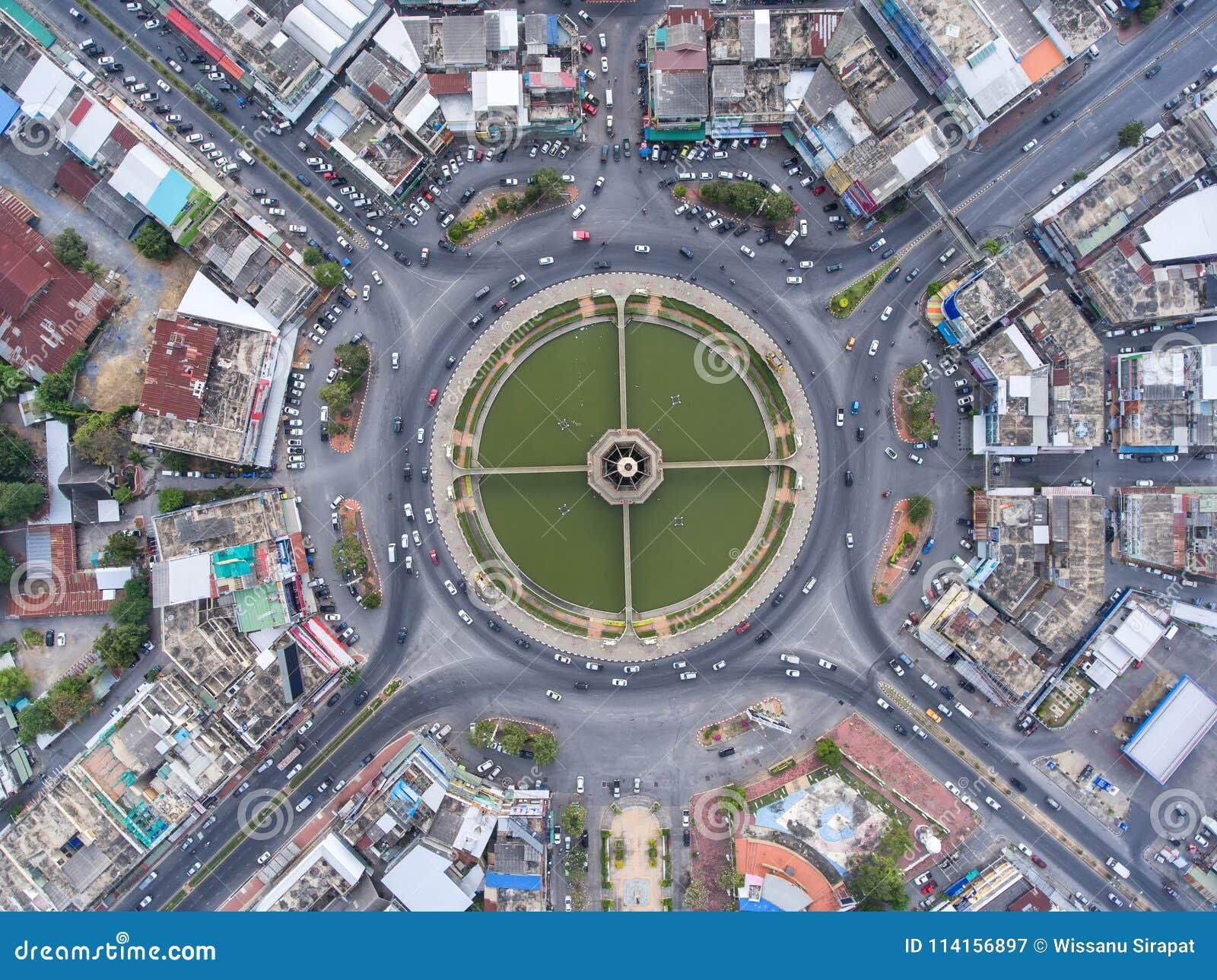 Rotonda della strada di vista aerea, superstrada con i lotti dell automobile nella CIT
