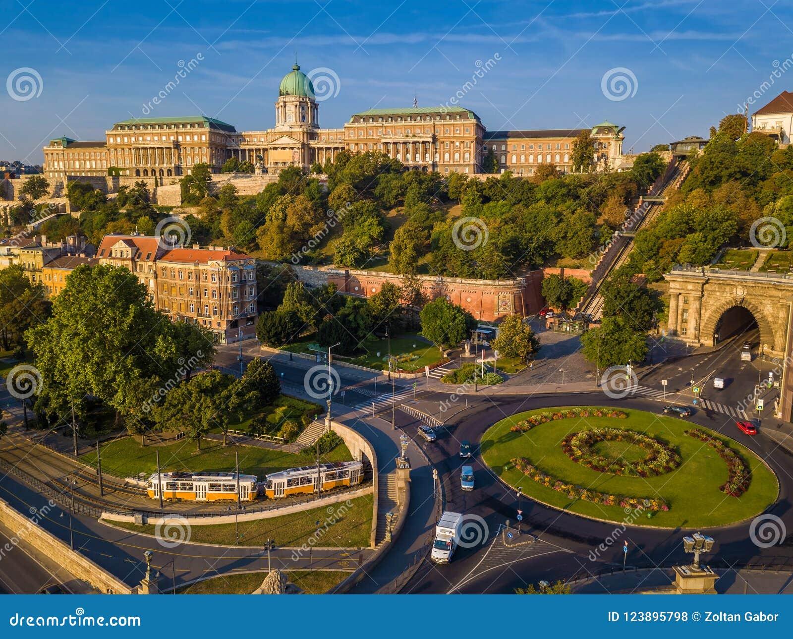 Rotonda quadrata di Budapest, Ungheria - di Clark Adam da sopra ad alba con Buda Castle Royal Palace