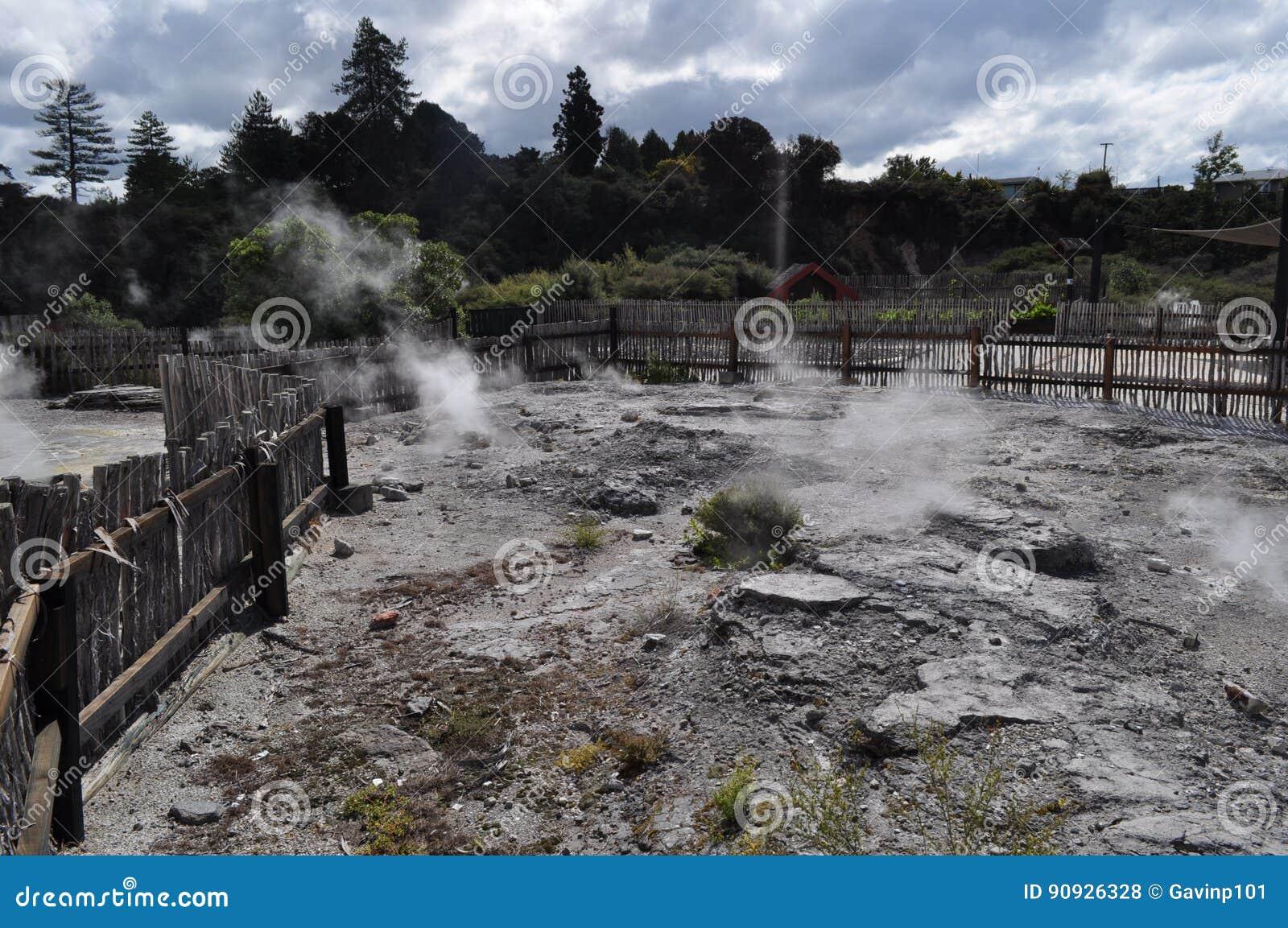 Rotorua Νέα Ζηλανδία που βράζει τις καυτές λίμνες λάσπης ελατηρίων