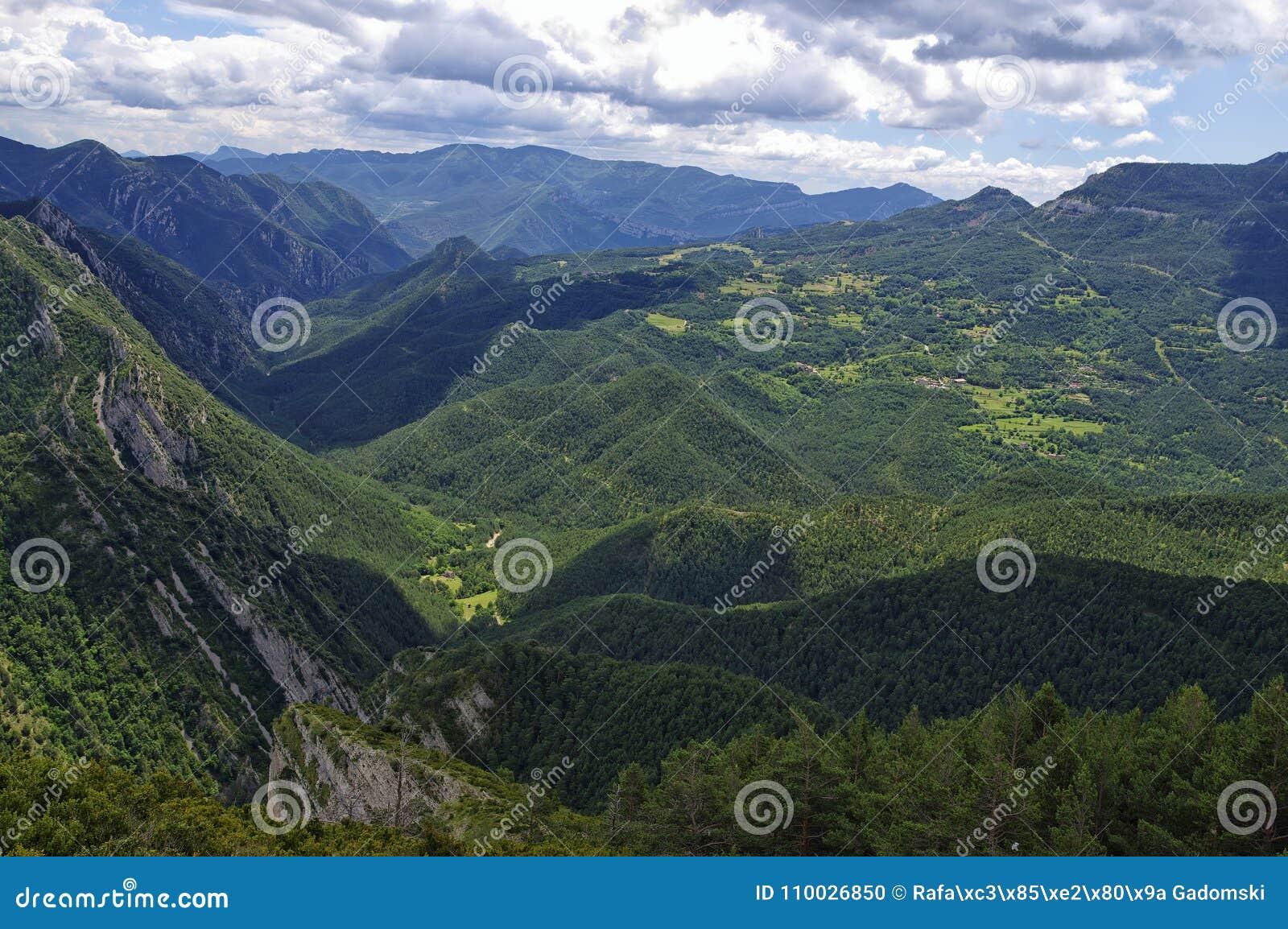Rotsachtig en bewolkt landschap van de Gresolet-berg, Spanje