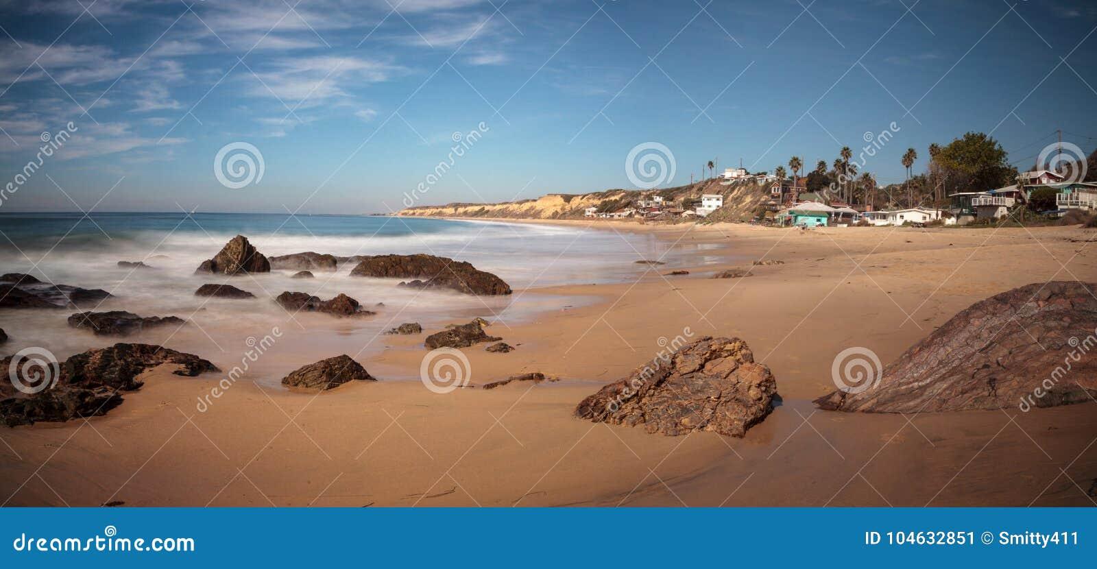 Download Rotsachtige Kust Met Strandplattelandshuisjes Die Crystal Cove State Park B Voeren Stock Afbeelding - Afbeelding bestaande uit staat, branding: 104632851
