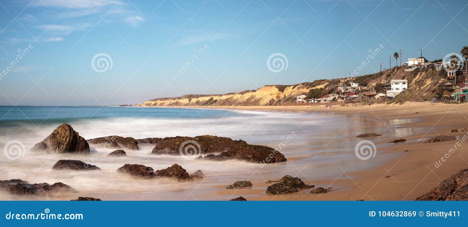 Download Rotsachtige Kust Met Strandplattelandshuisjes Die Crystal Cove State Park B Voeren Stock Afbeelding - Afbeelding bestaande uit kustlijn, rotsen: 104632869