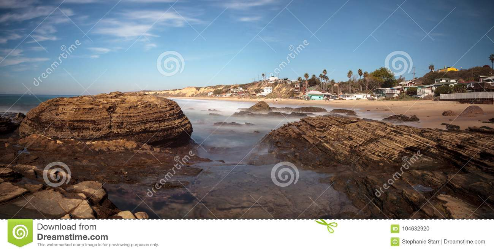 Download Rotsachtige Kust Met Strandplattelandshuisjes Die Crystal Cove State Park B Voeren Stock Foto - Afbeelding bestaande uit staat, kust: 104632920