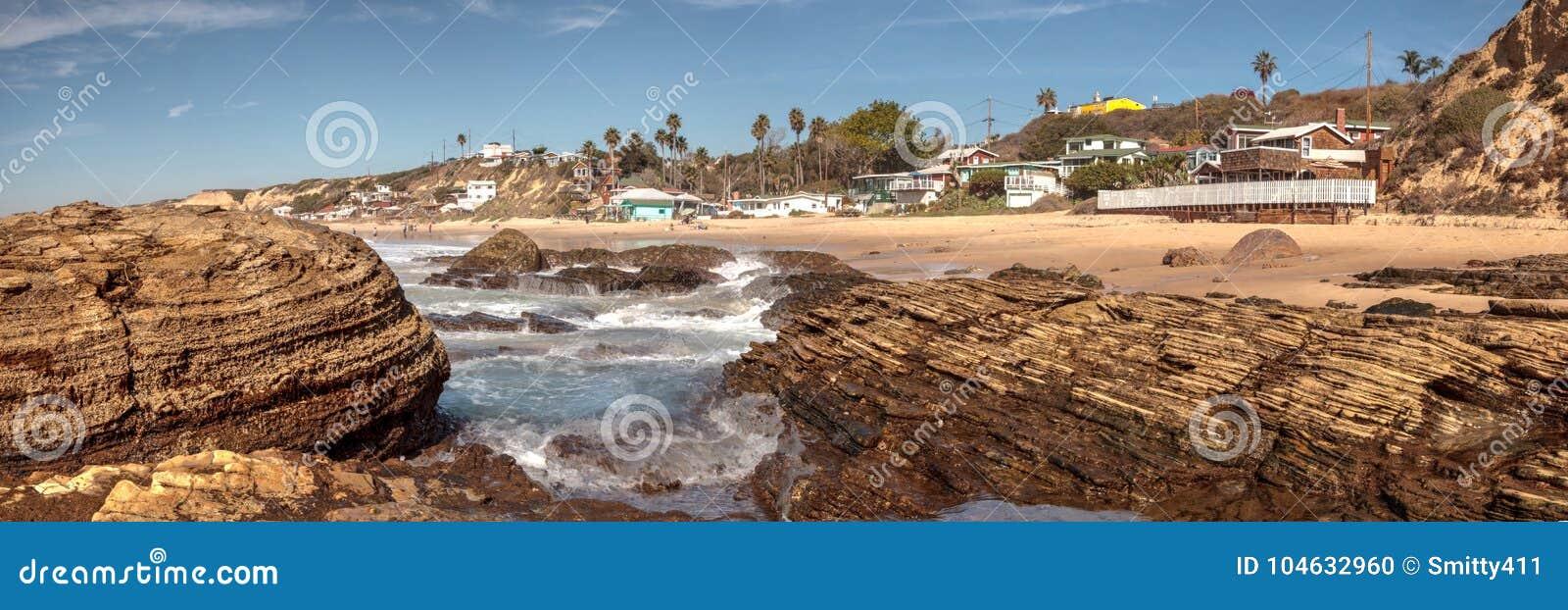 Download Rotsachtige Kust Met Strandplattelandshuisjes Die Crystal Cove State Park B Voeren Stock Foto - Afbeelding bestaande uit staten, rotsachtig: 104632960