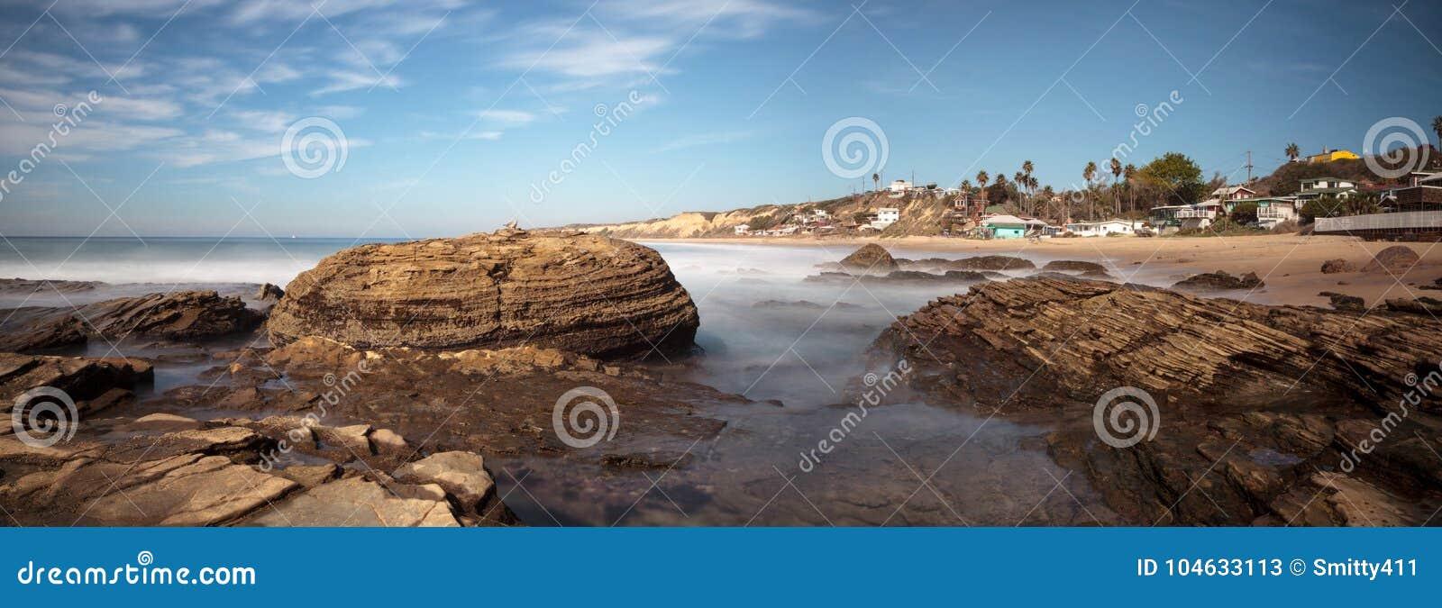 Download Rotsachtige Kust Met Strandplattelandshuisjes Die Crystal Cove State Park B Voeren Stock Afbeelding - Afbeelding bestaande uit overzees, park: 104633113