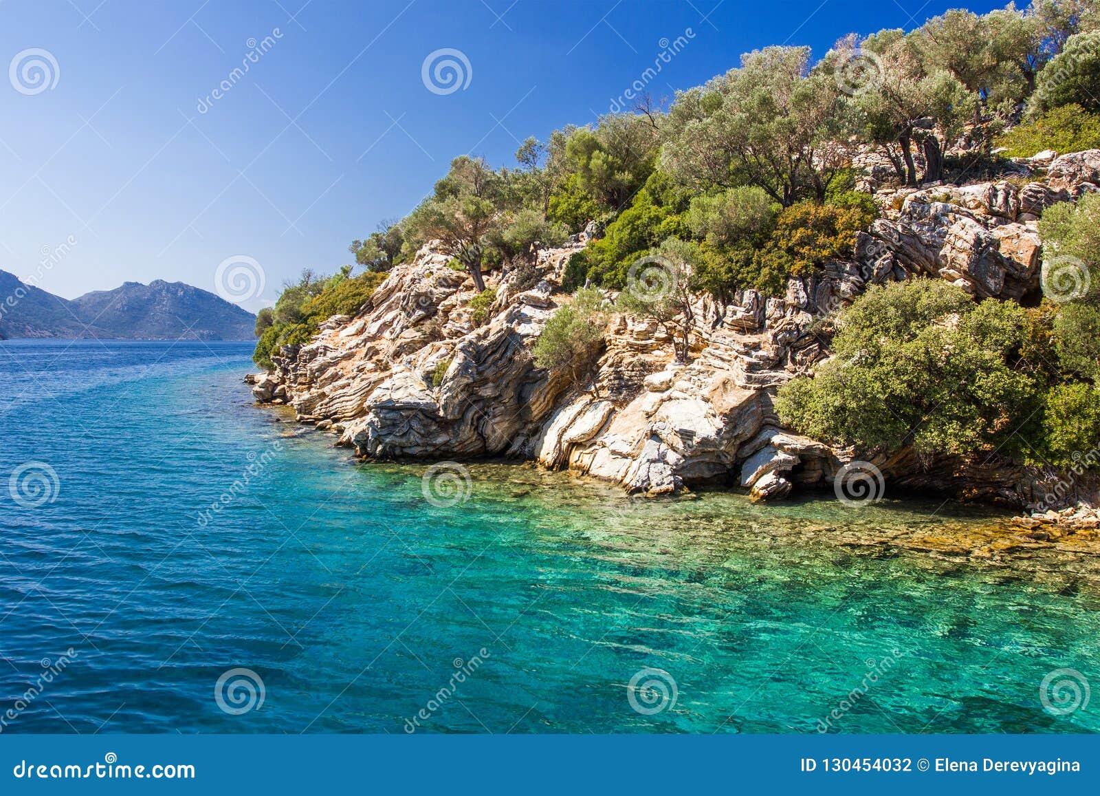 Rotsachtige kust van het eiland in het Egeïsche overzees op een duidelijke dag