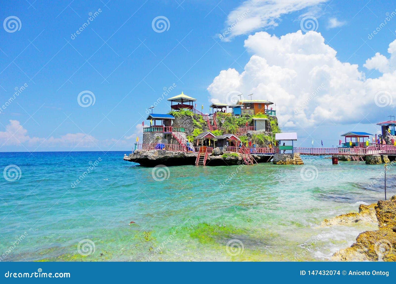 Rotseiland met kleurrijke plattelandshuisjes op bovenkant