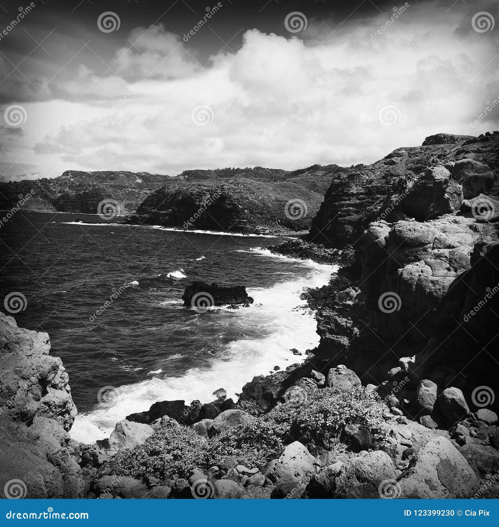 Rotsen bij Wailuku-kust in Maui