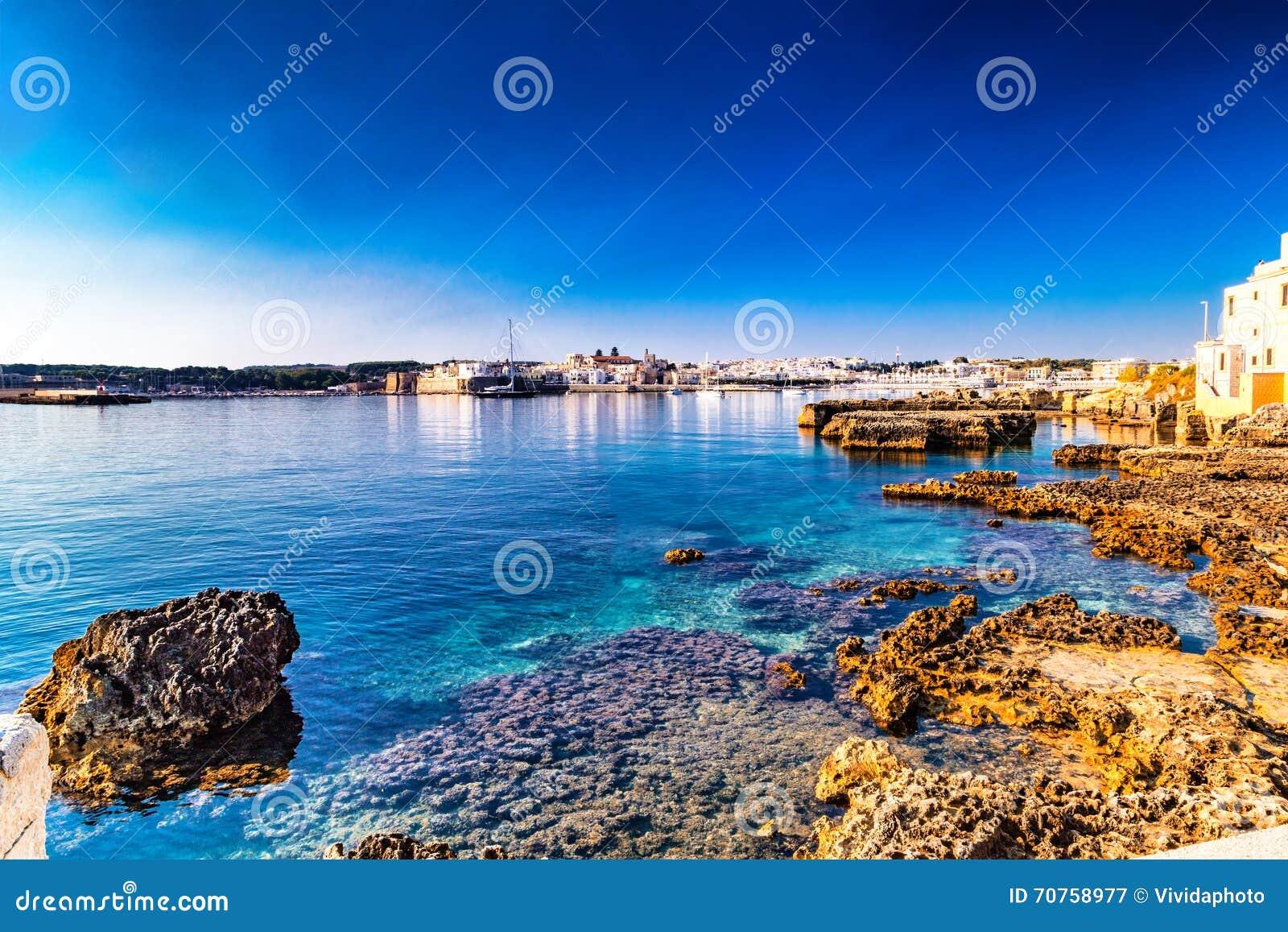 Rotsen in duidelijke zeewaters in Italië