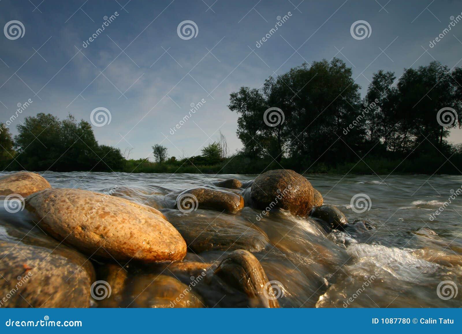 Rotsen in het rivierbed