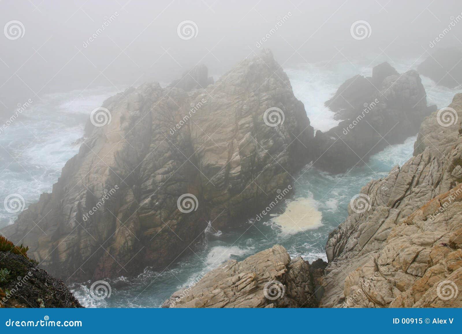 Rotsen, mist, en de blauwe oceaan