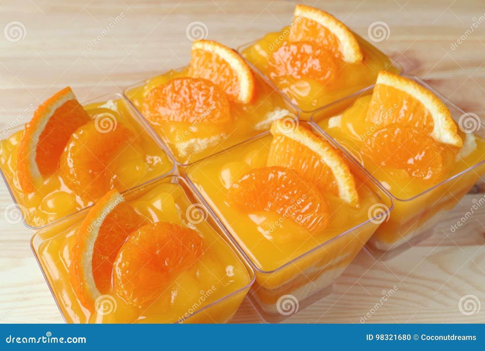 Rott upp mandarinkakor som överträffas med nya apelsiner i Glass bunkar