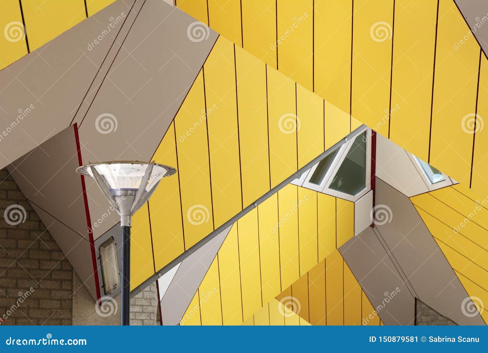 Rotterdam, Holanda/Países Baixos - 26 de abril de 2019: apartamentos e escritórios dentro das casas cúbicas de Rotterdam, cidade