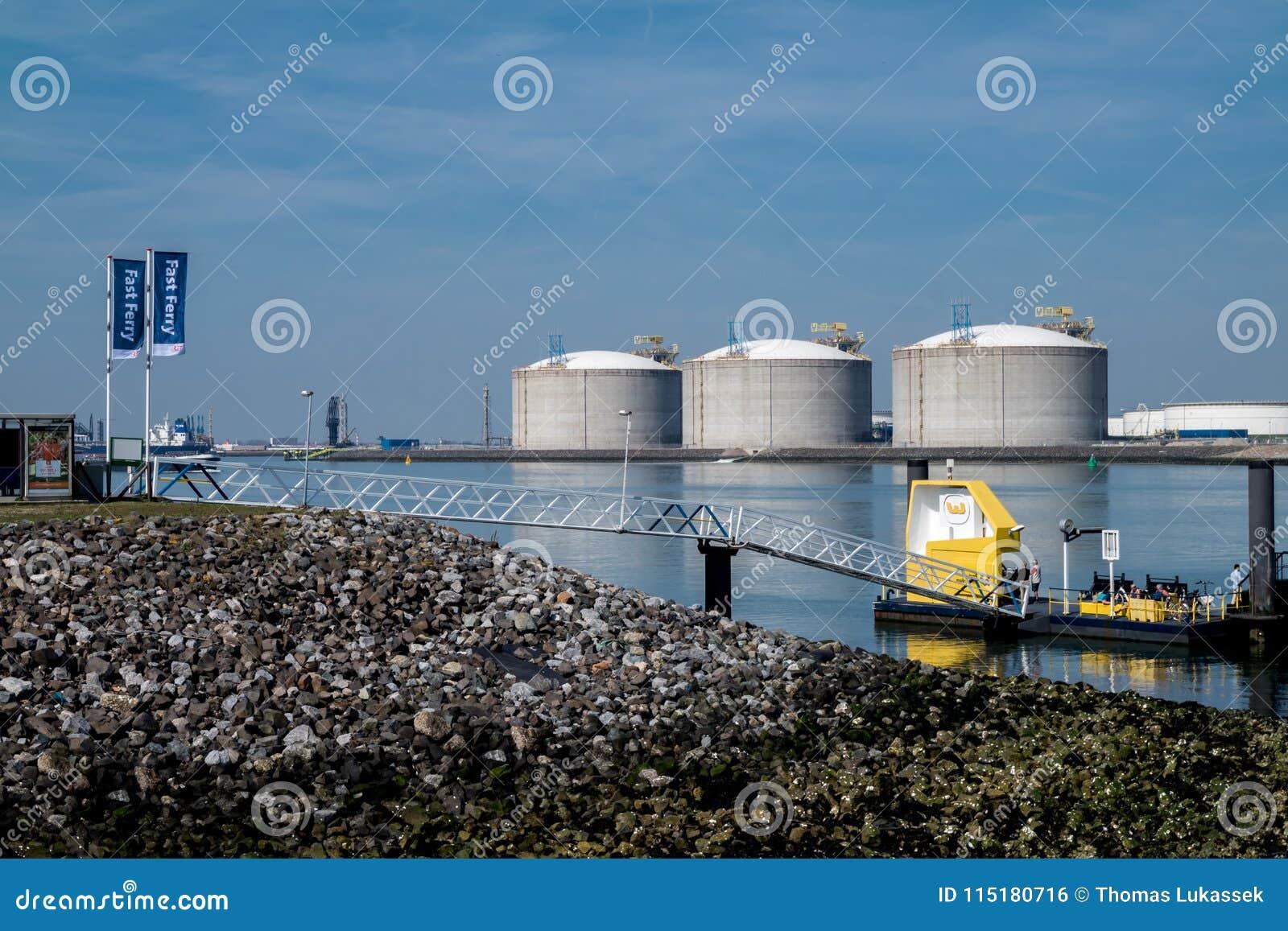 Rotterdam, Paesi Bassi - 19 aprile 2018: Il pilastro del traghetto veloce è vicino ai serbatoi dell olio nel porto