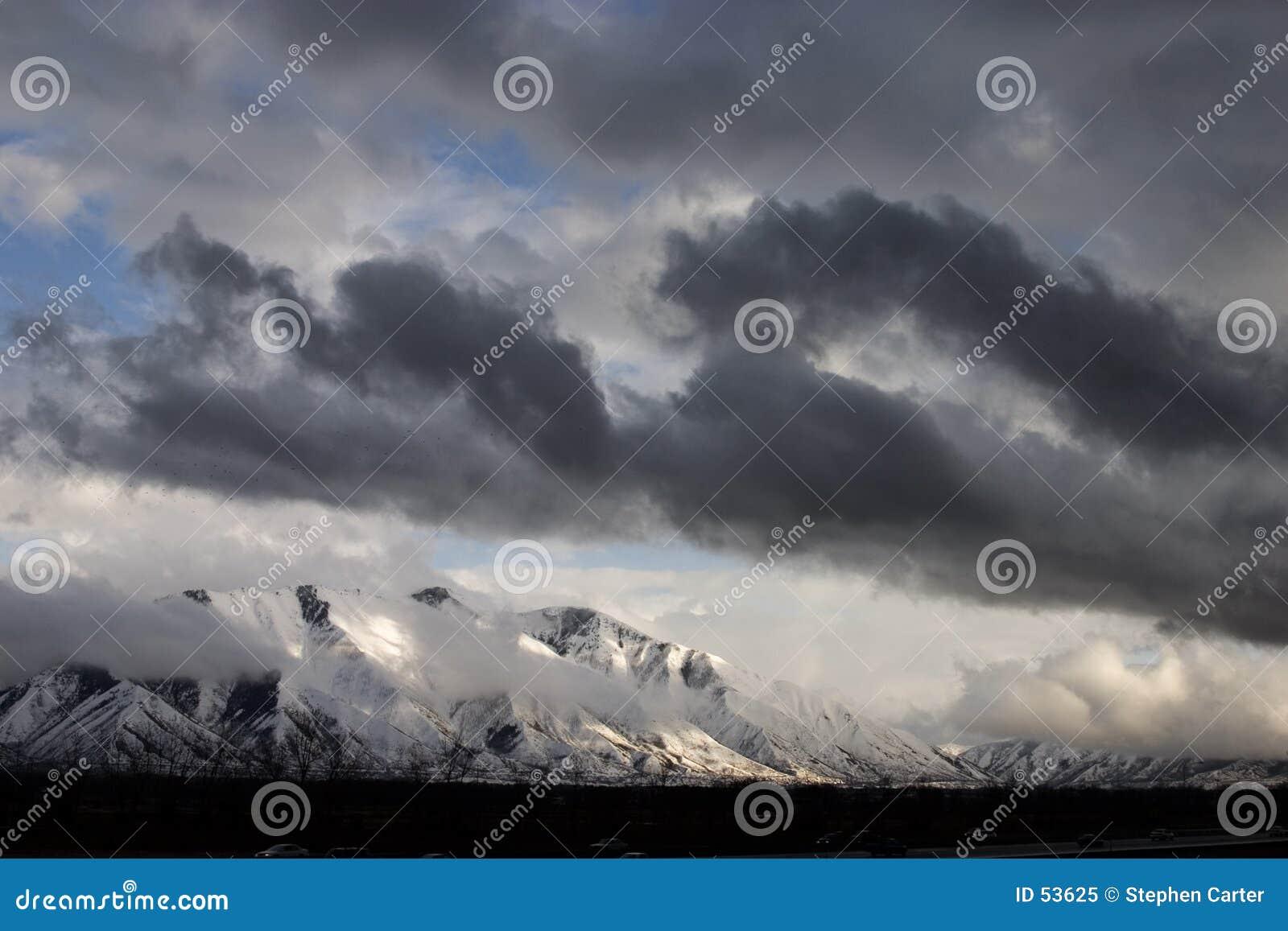 Rottura della tempesta sopra il picco spagnolo della forcella
