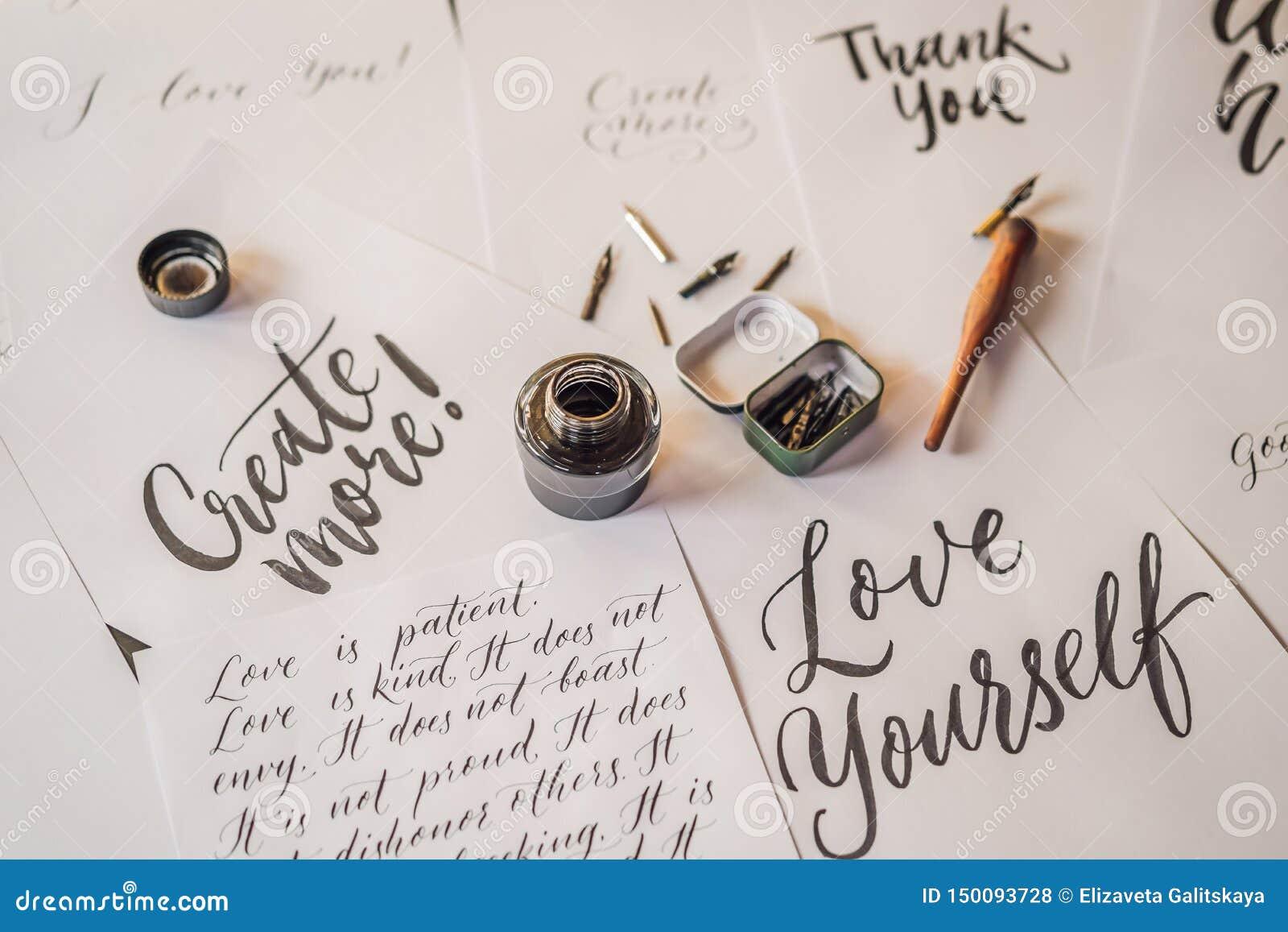 A rotulação, caligrafia, escreve a frase no Livro Branco Inscreendo letras decoradas decorativas Caligrafia, gr?fico