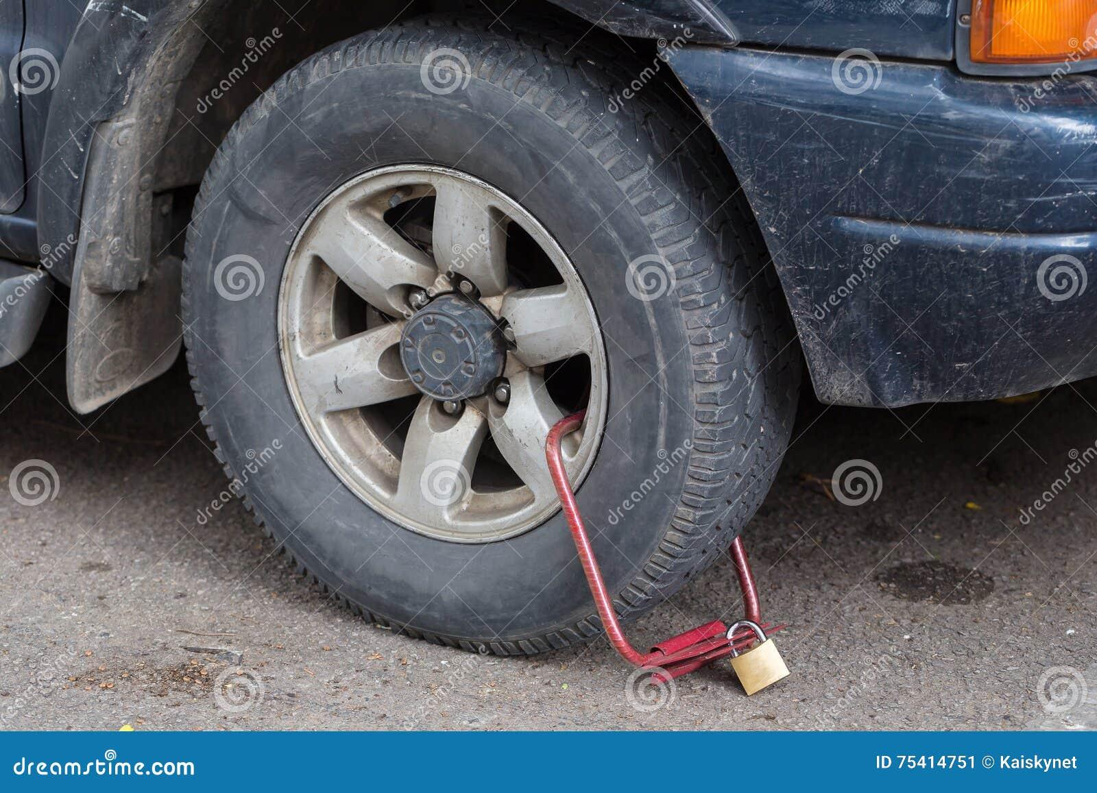 Roue avant maintenue de voiture illégalement garée