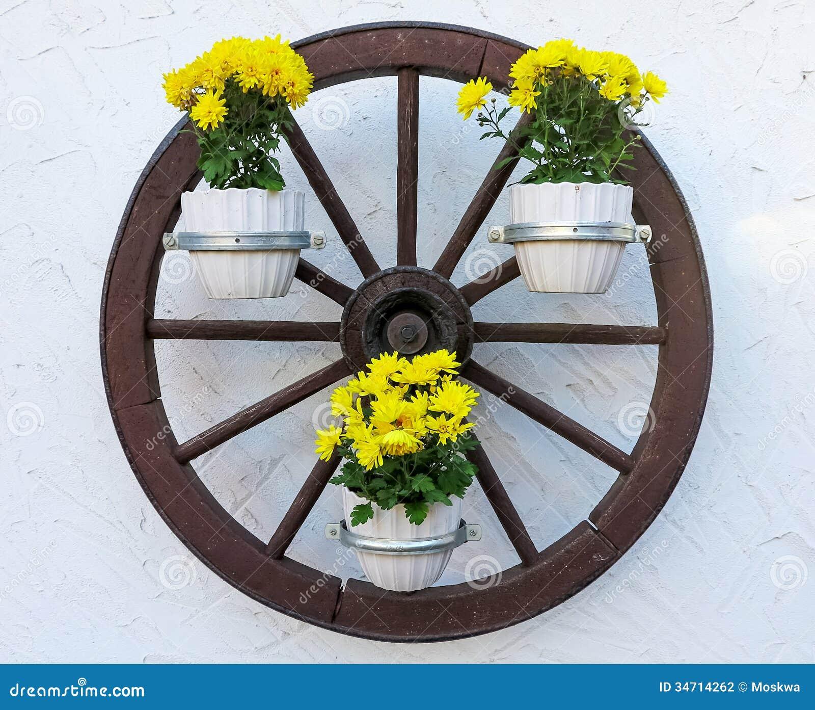 roue de chariot d cor e des fleurs photographie stock image 34714262. Black Bedroom Furniture Sets. Home Design Ideas