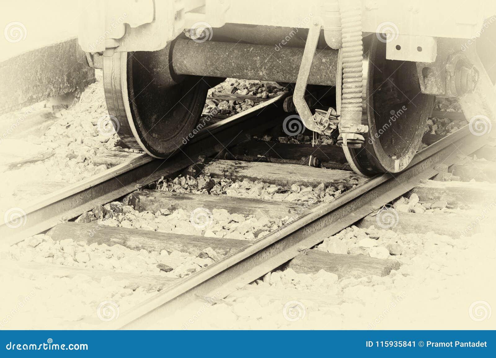 Roue de plan rapproché d un train sur le chemin de fer à la station avec le ton de vintage d image