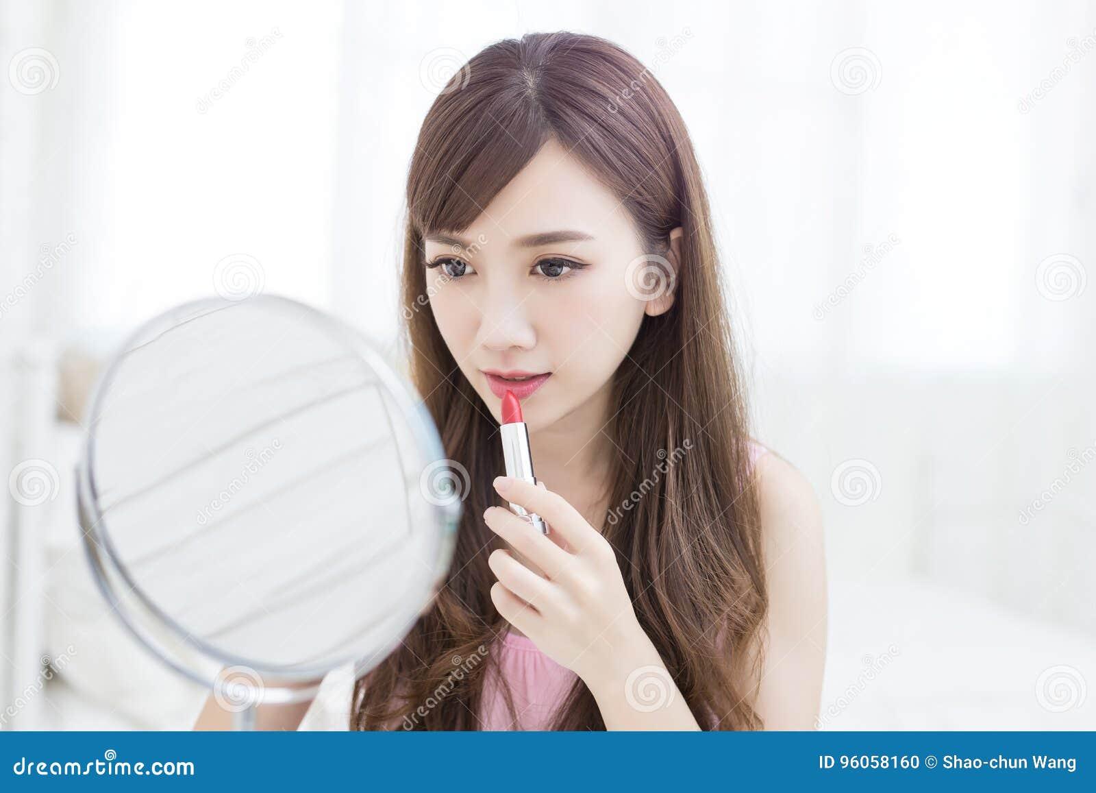 Rouge à lèvres d utilisation de femme de beauté