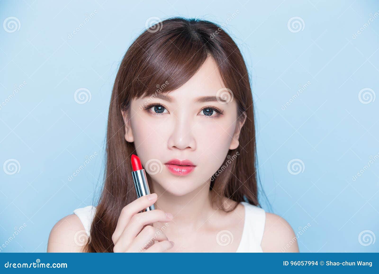 Rouge à lèvres de prise de femme de beauté