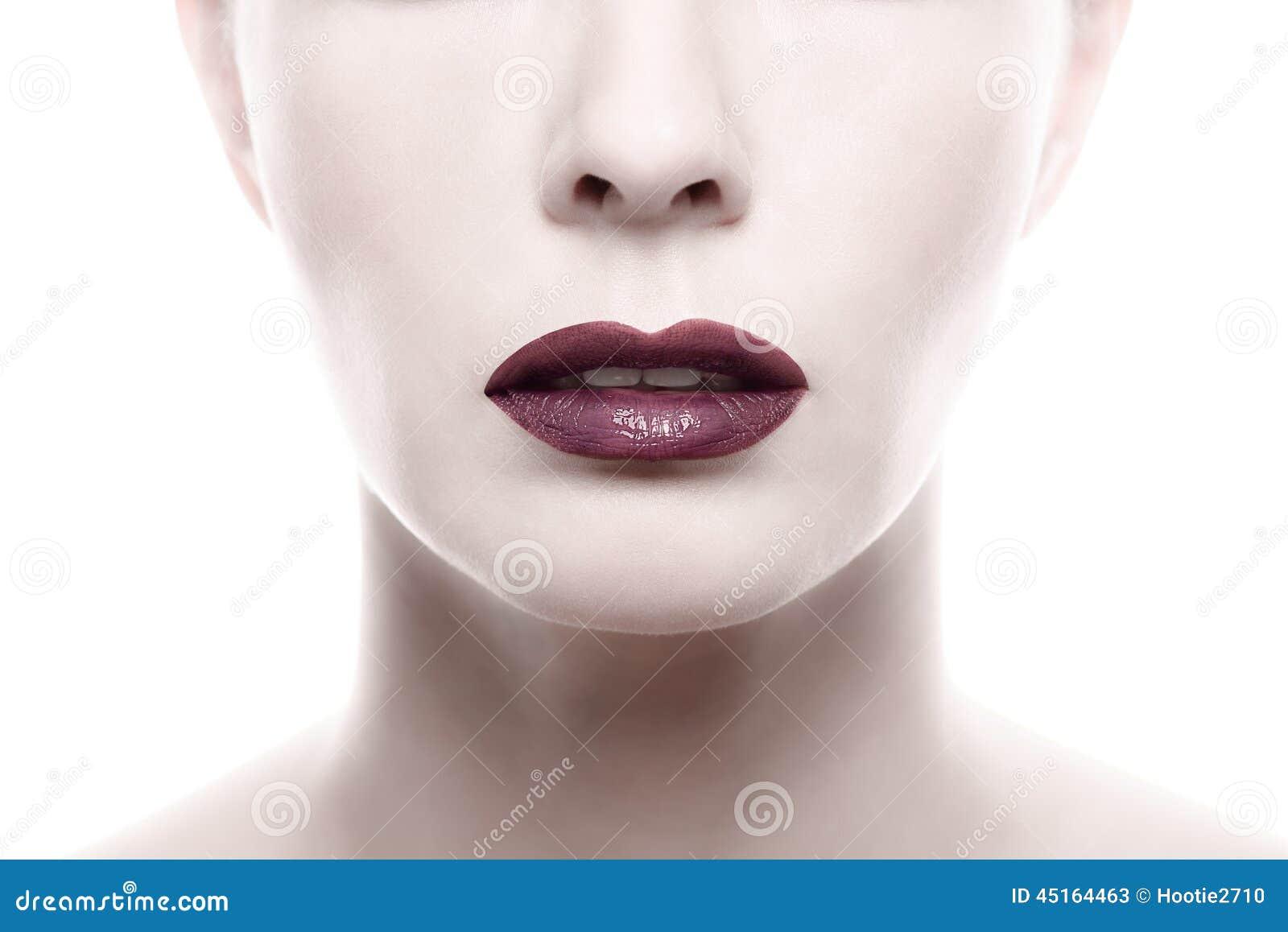 Rouge à lèvres pourpre foncé sur Pale Woman Face