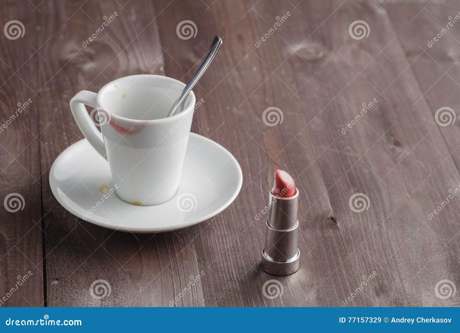 Rouge à lèvres sur la tasse de café