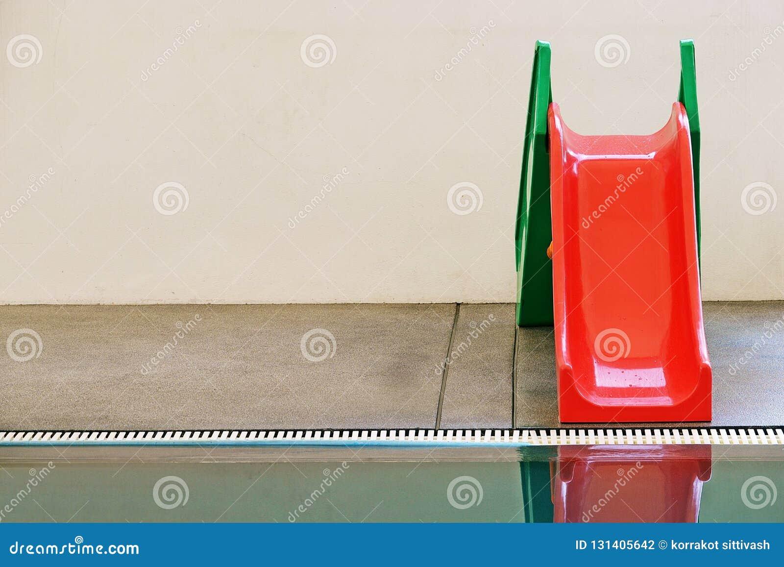 Rouge, vert, glisseur de l eau dans la piscine