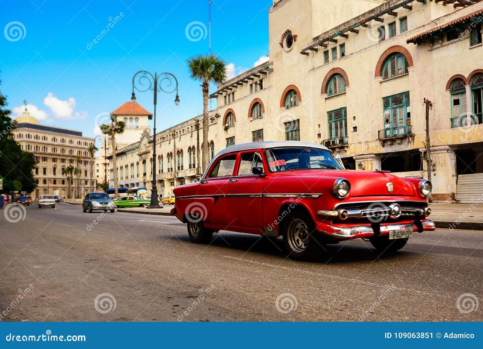 Rouge, vieille voiture classique américaine dans la route de vieille Havana Cuba