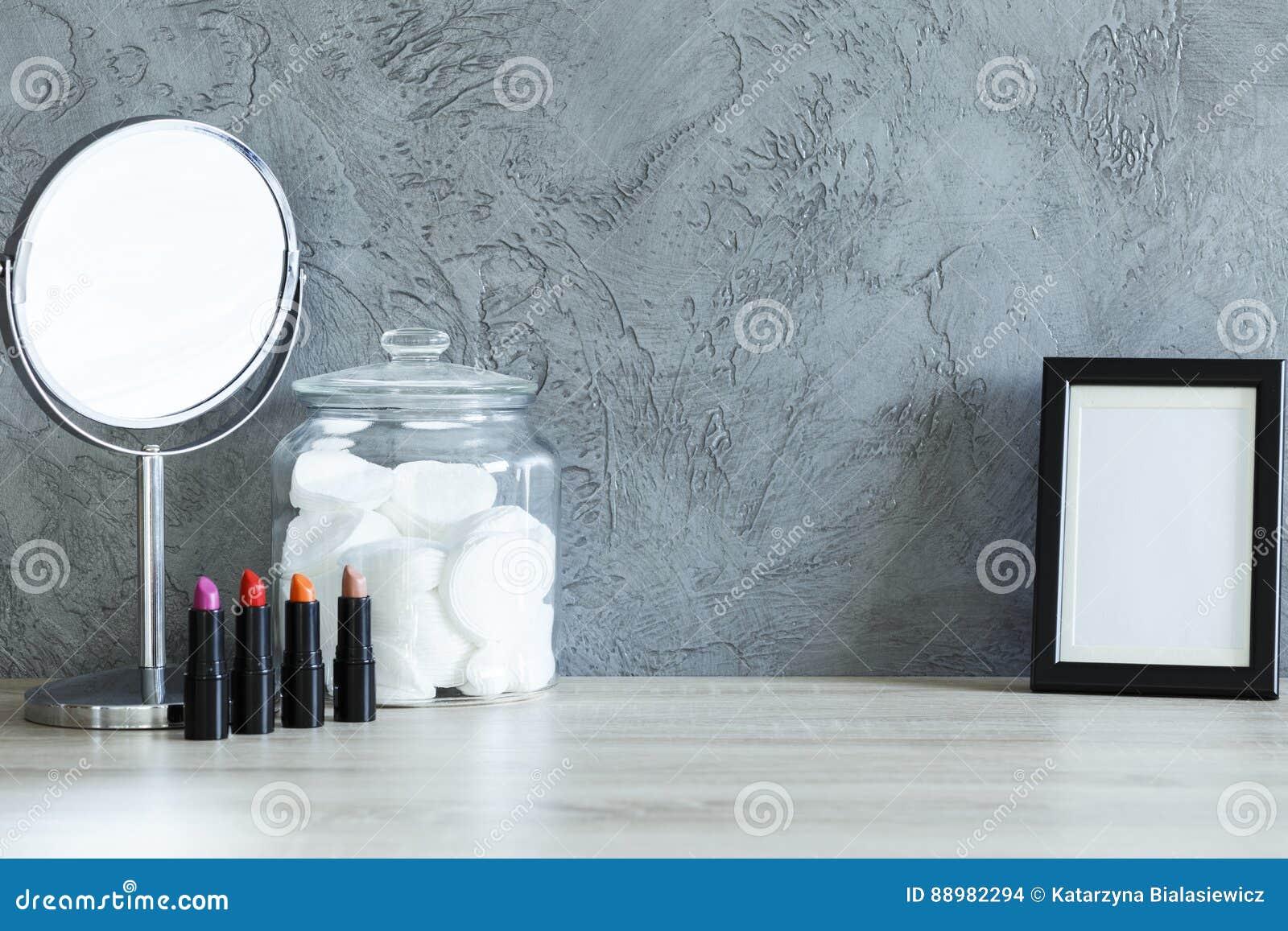 Rouges à lèvres miroir protections de coton et cadre de maquette