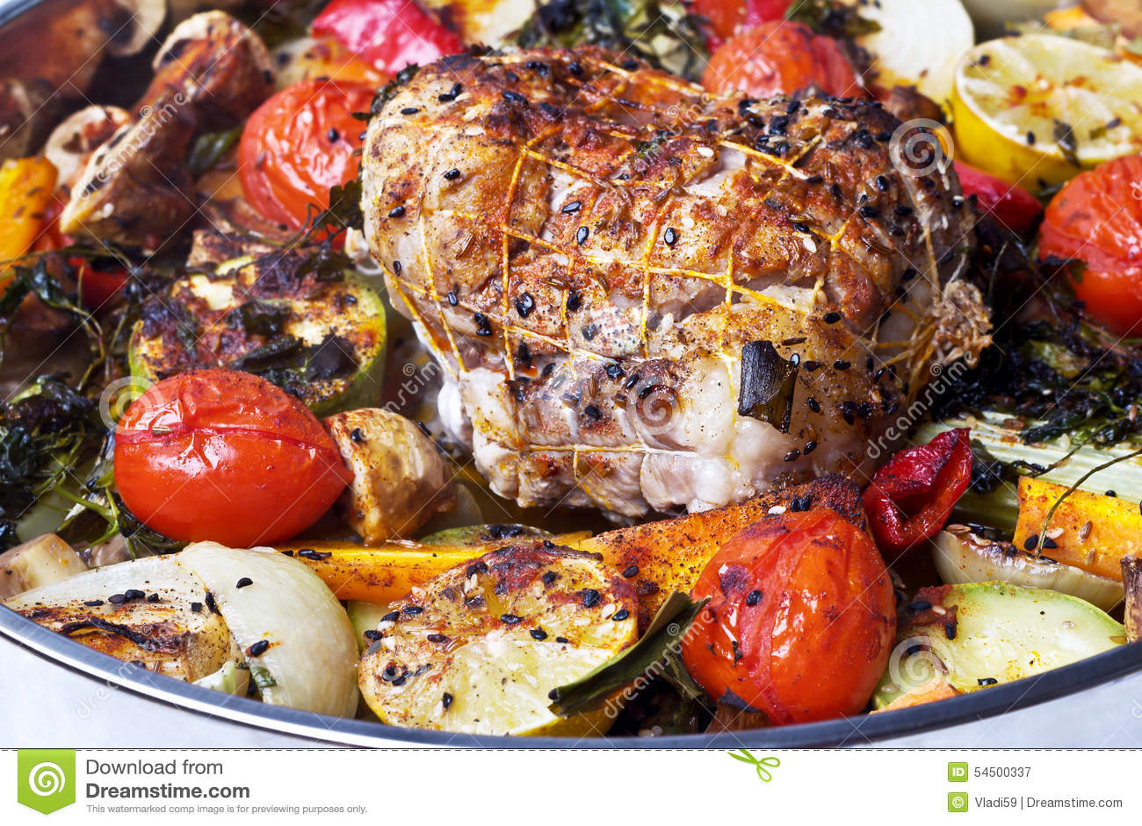 Roulade avec de la viande avec des légumes et des épices