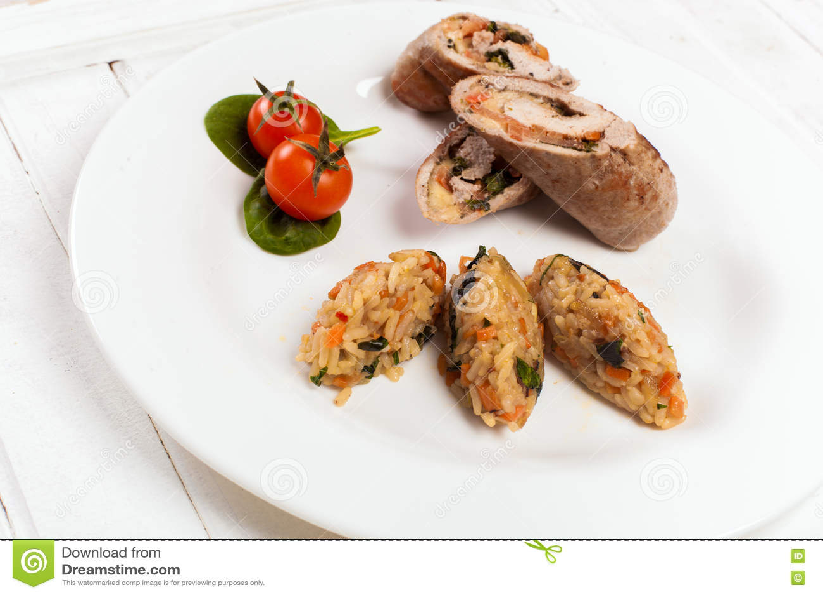 Roulades de viande avec la tomate et les épinards de riz