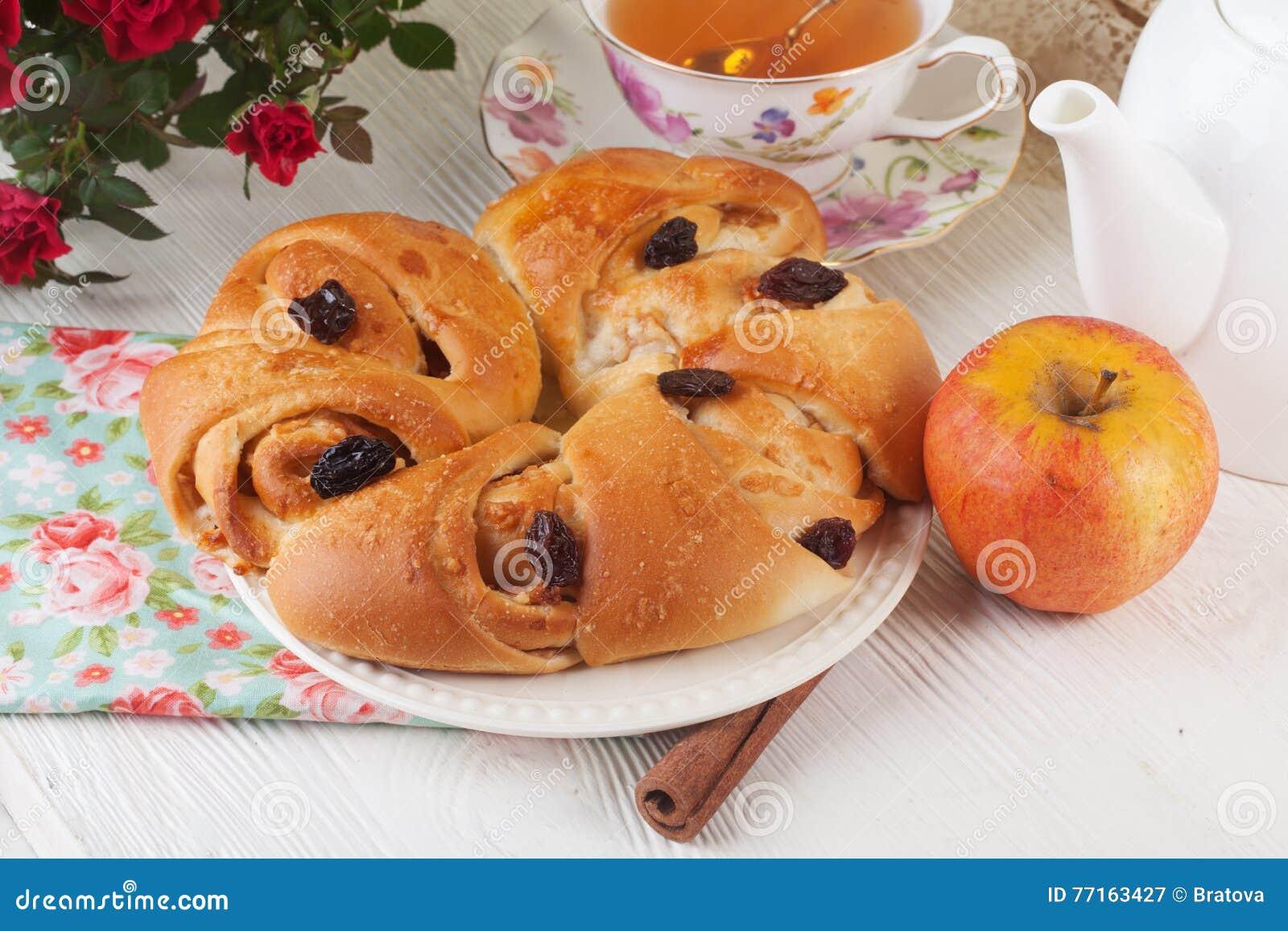 Roulez avec le raisin sec de pomme et de cannelle dans une vie immobile sur le plat lumineux