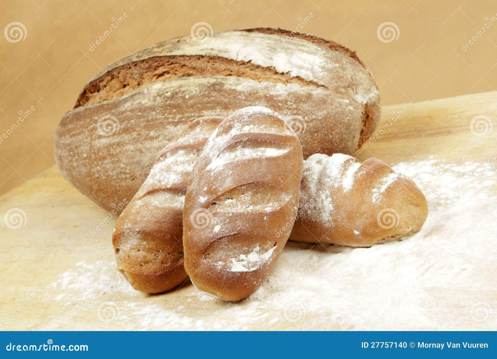 Roulis de pain de Rye sur une planche à pain