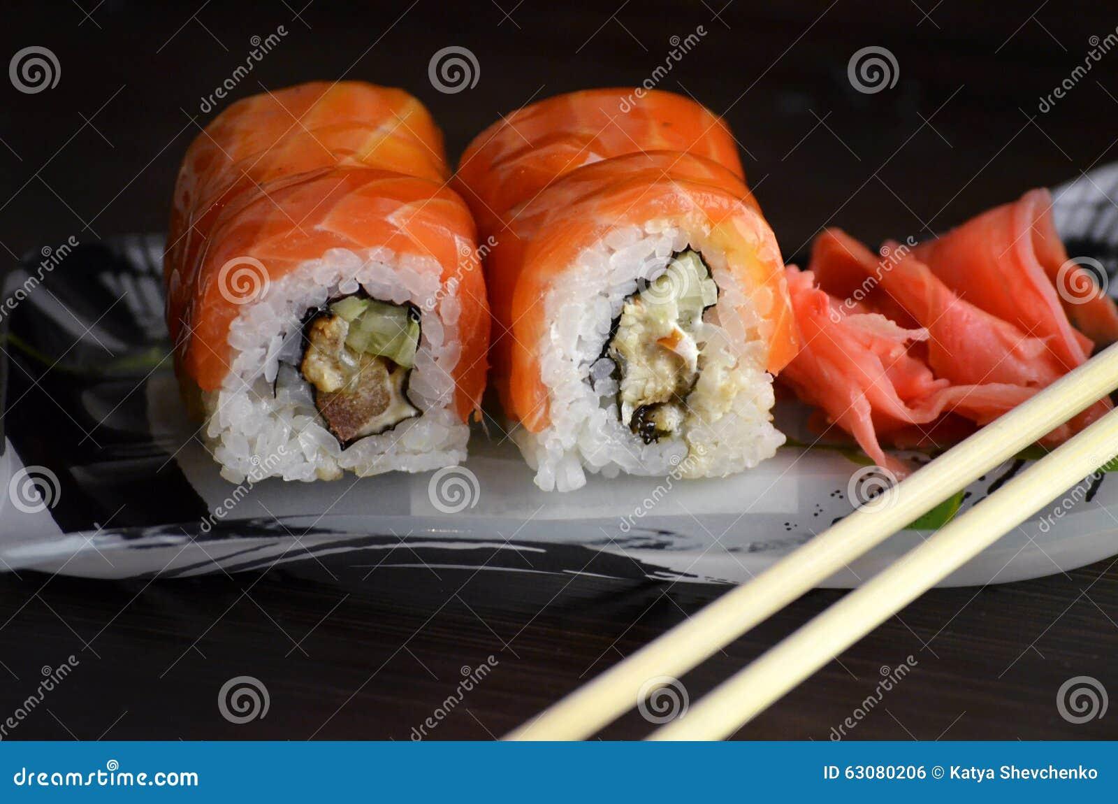 Download Roulis De Sushi Avec Des Saumons Photo stock - Image du california, oignons: 63080206