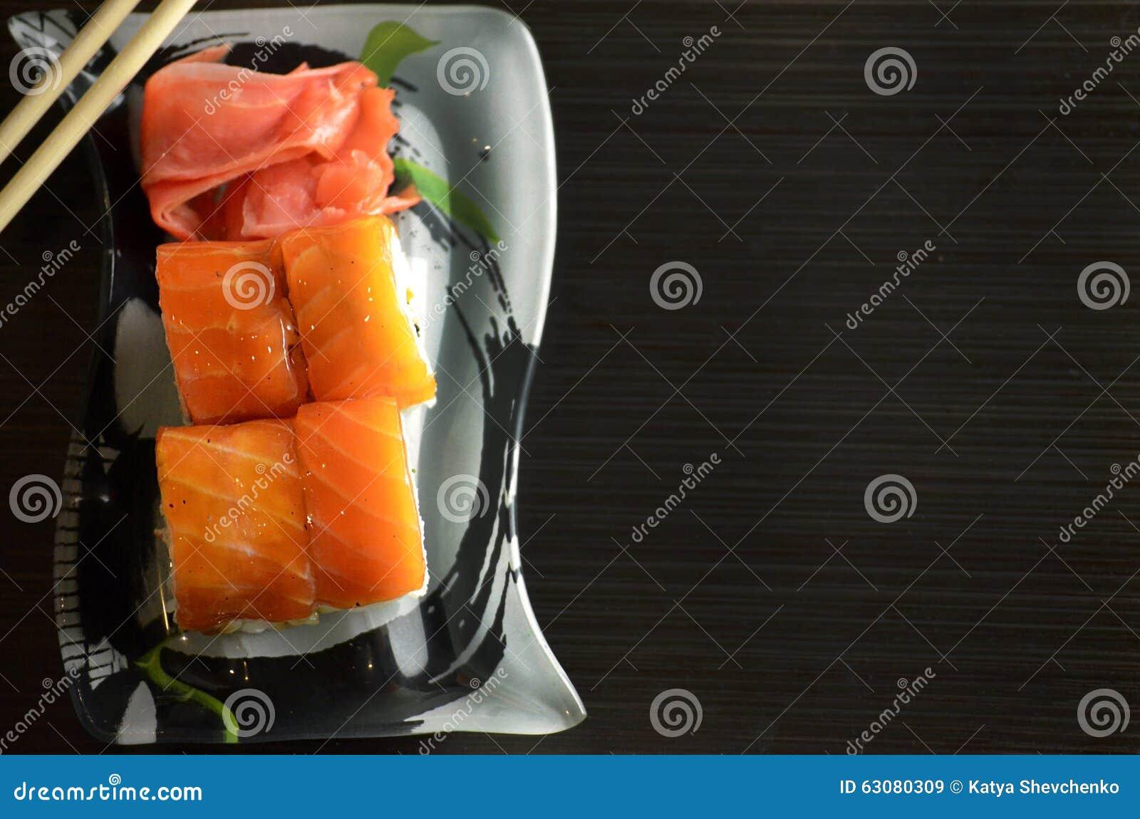 Download Roulis De Sushi Avec Des Saumons Image stock - Image du support, mariné: 63080309