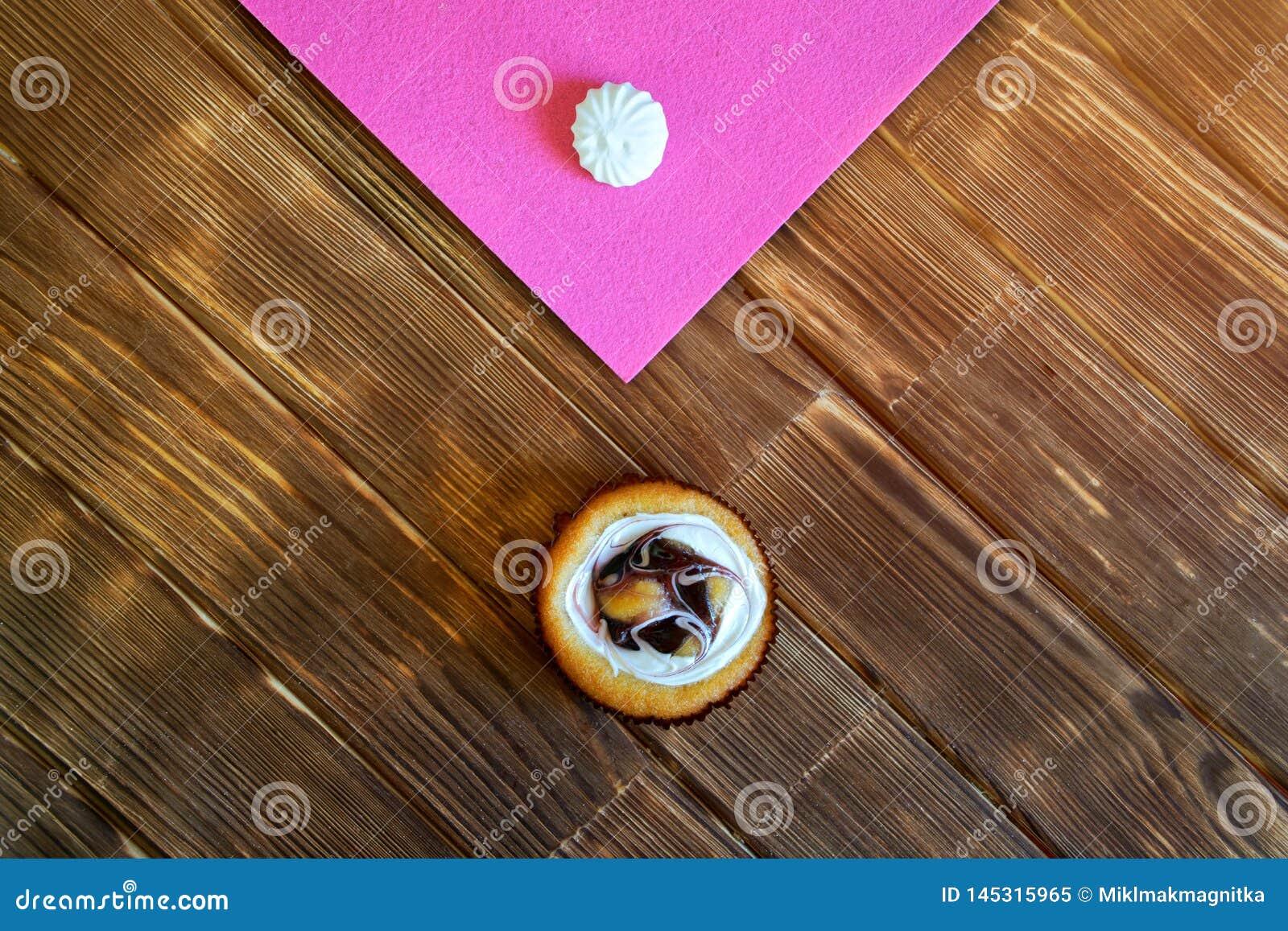Round ?mietanki owocowy tort i beza na stole od sosnowych desek minimalista Naturalny br?zu i menchii t?o na widok