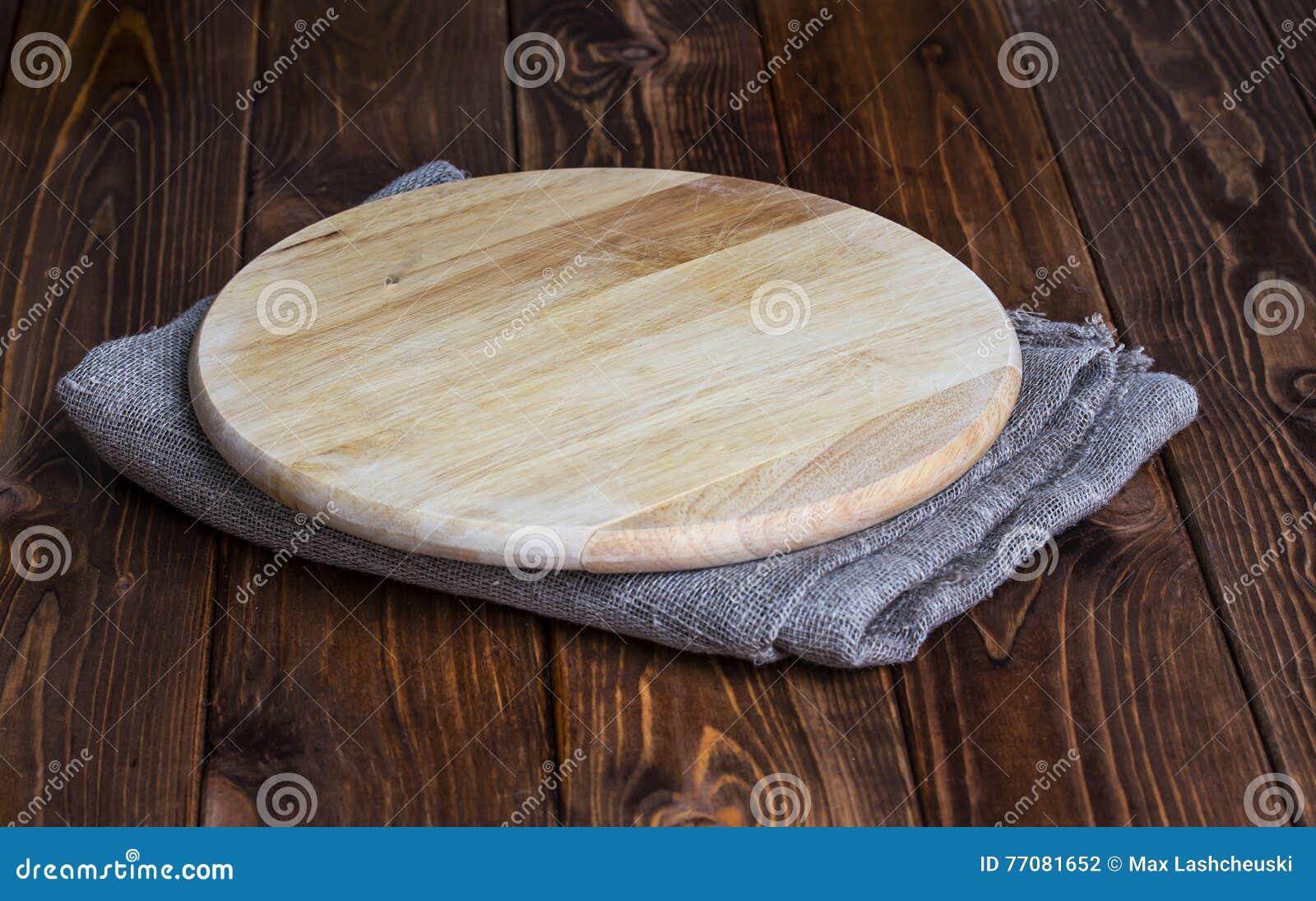 Round ciapanie deska na drewnianym stole
