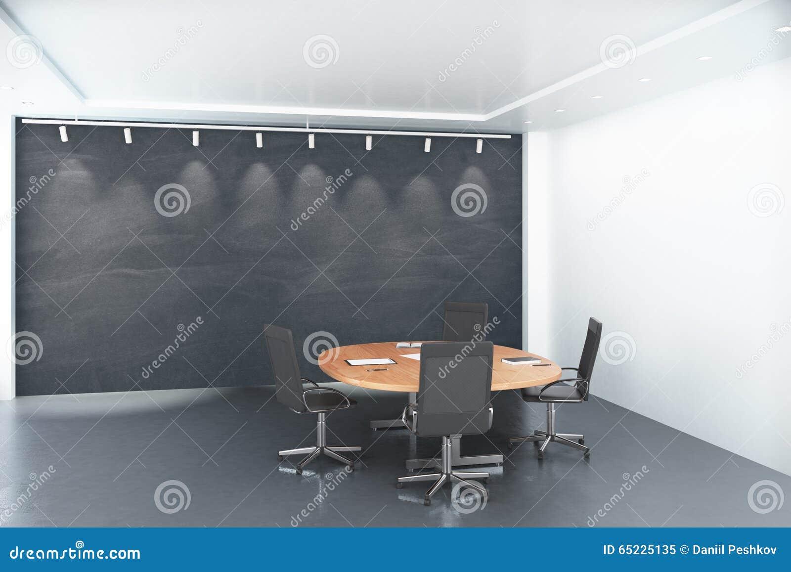 Round drewniany stół z krzesłami z pustym dużym blackboard w conf