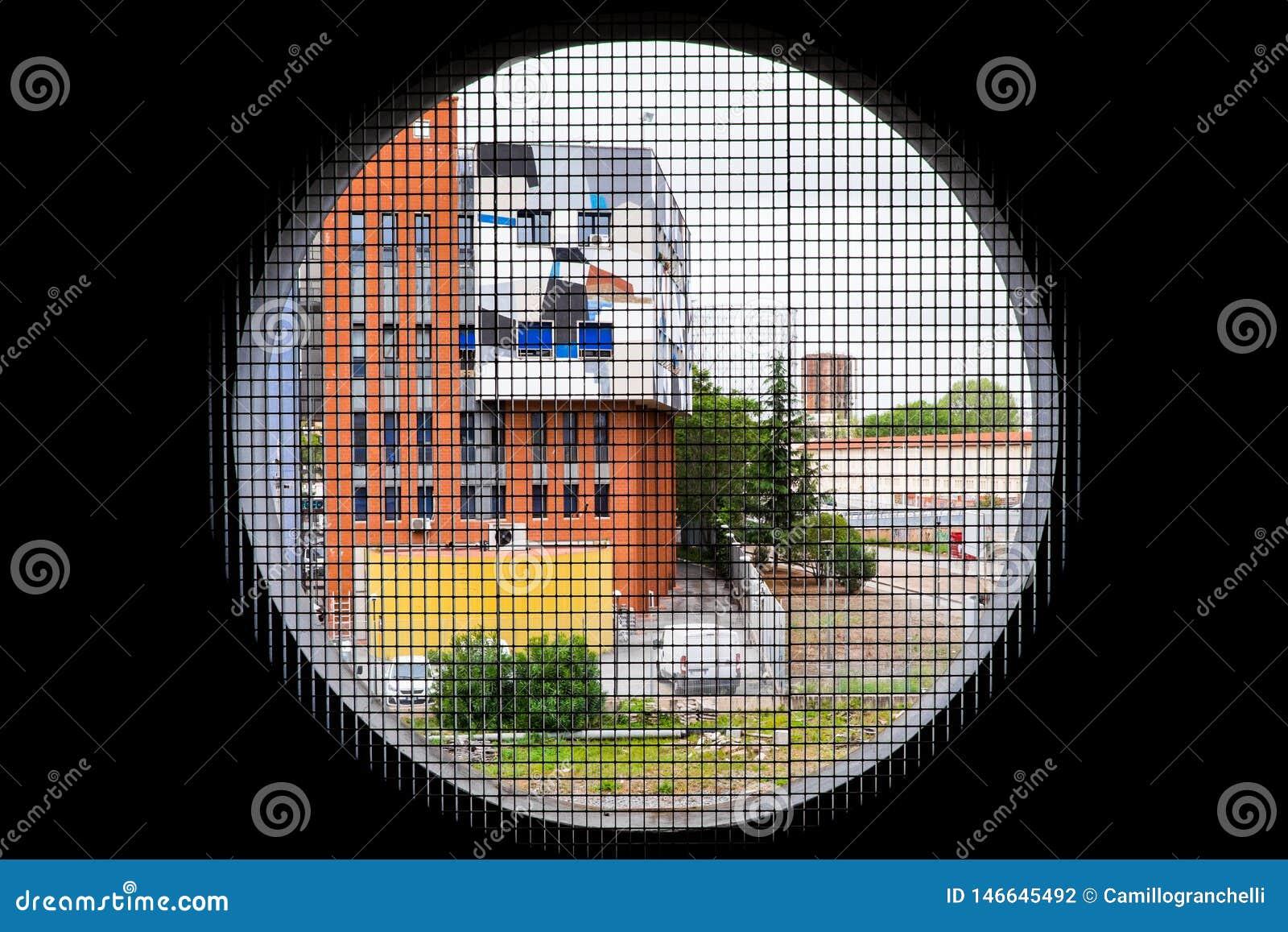 Round okno przegapia kolorowych budynki miasto