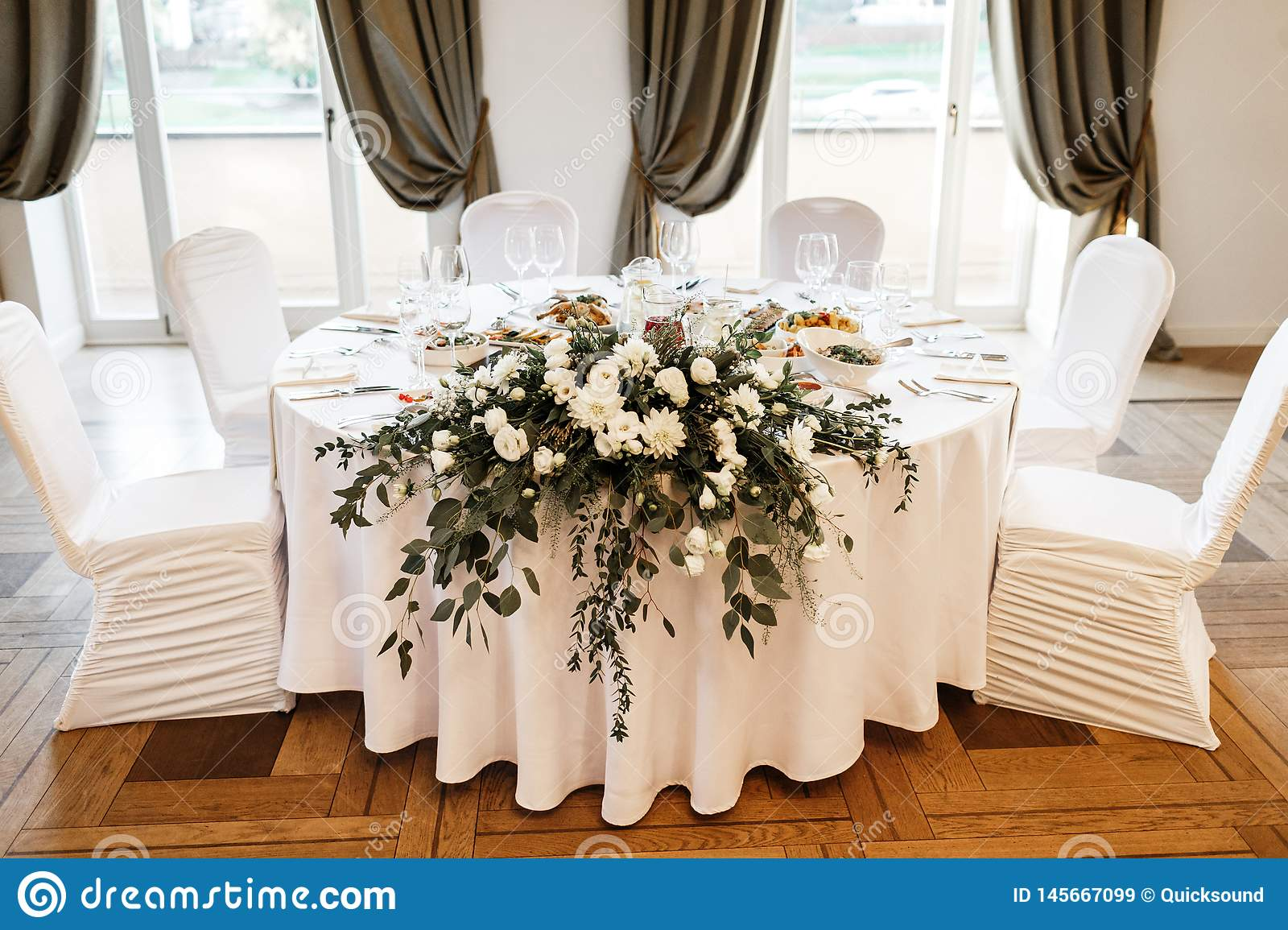 Round Table Set With Floral Centerpiece For Wedding ...