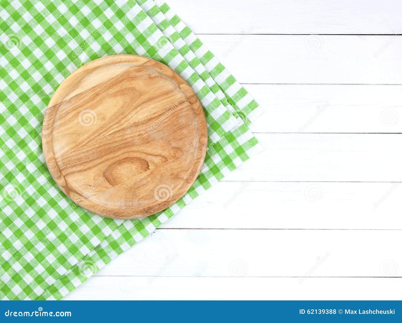 Round tnąca deska na białym drewnianym stole