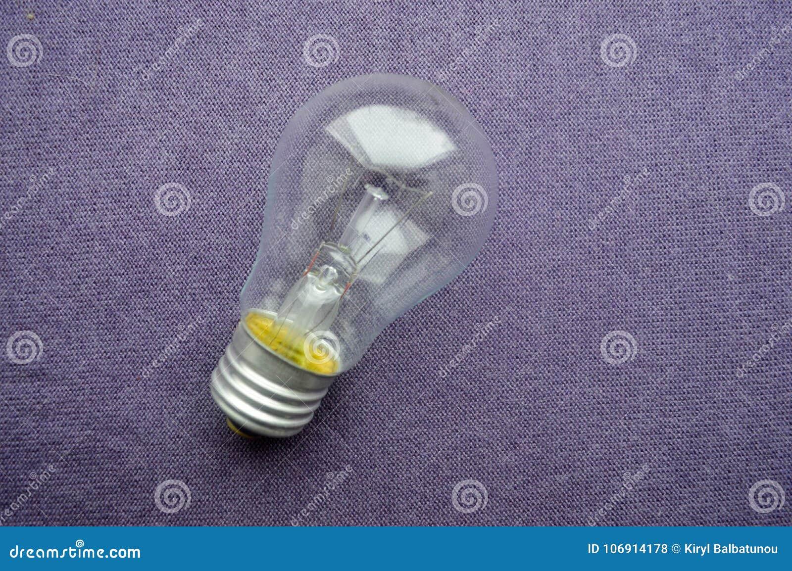 Round, zwyczajna, oszczędnościowa płonąca żarówka z przejrzystym socle,
